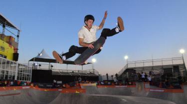 Snowboarder Shaun White berlatih skateboard di World Park Skateboarding Championship di Sao Paulo, Brasil, Senin (9/9/2019). Snowboarder gaya bebas peraih tiga medali emas Olimpiade tersebut memutuskan untuk bersaing secara profesional di skateboarding. (Carl De Souza/AFP)