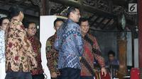 Putra Sulung Presiden RI ke 6 Susilo Bambang Yudhoyono, Agus Harimurti Yudhoyono menyambut ketum Gerinda, Prabowo Subianto di kediaman SBY di Cikeas, Bogor, Jawa Barat, Kamis (27/7). (Liputan6.com/Herman Zakharia)