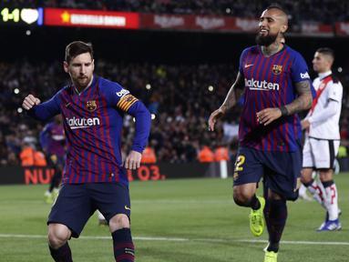 Striker Barcelona, Lionel Messi, melakukan selebrasi usai membobol gawang Rayo Vallecano pada laga La Liga di Stadion Camp Nou, Sabtu (9/3). Barcelona menang 3-1 atas Rayo Vallecano. (AP/Manu Fernandez)