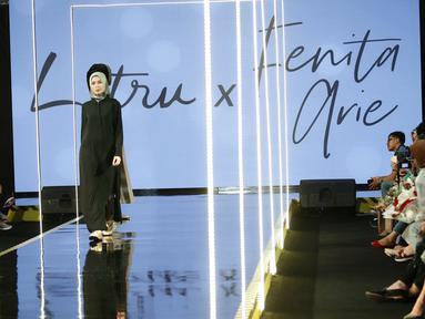 Model mengenakan busana L.tru X Fenita Arie dalam ajang Jakarta Modest  Fashion Week, di Gandaria City, Jakarta, Jumat, (27/7). Sejumlah karya busana di ajang JMFW tersebut berlangsung hingga (29/7). (Kapanlagi.com/Agus Apriyanto)