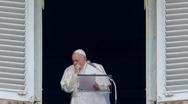Paus Fransiskus terbatuk saat memimpin Doa Angelus dari jendela yang menghadap Lapangan Santo Petrus di Vatikan, Minggu (1/3/2020). Paus Fransiskus muncul ke muka umum untuk pertama kalinya setelah empat hari tak enak badan hingga membatalkan beberapa pertemuan dan kegiatan. (AP/Andrew Medichini)