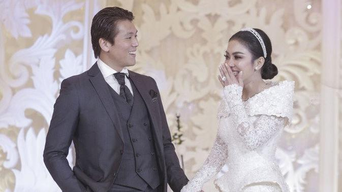 Momen resepsi pernikahan Syahrini dan Reino Barack (Sumber: KapanLagi.com)