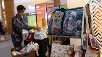 Pengunjung mengamati kerajinan tangan rumahan dalam pameran Creative Culture Home di Sumarecon Mal Serpong, Tangerang, Banten, Selasa (27/10/2020). Pameran ini digelar guna mendukung para pelaku seni tetap kreatif dan produktif dalam berkarya di masa pandemi COVID-19. (Liputan6.com/Angga Yuniar)