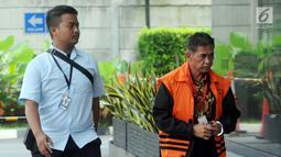 Bupati nonaktif Mesuji Khamami (kanan) tiba di Gedung KPK, Jakarta, Kamis (21/2). Khamami diperiksa sebagai tersangka terkait dugaan suap proyek infrastruktur di Kabupaten Mesuji. (Merdeka.com/Dwi Narwoko)