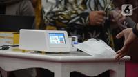 Alat GeNose C19 buatan Universitas Gadjah Mada (UGM) dijajal di Kementerian PMK, Jakarta, Kamis (7/1/2021). Selain GeNose, Muhadjir juga menerima alat rapid test yang dibuat oleh Universitas Padjajaran (Unpad). (merdeka.com/Imam Buhori)