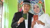 Yanuar Rustanto (44) saat menikah dengan Komang Suratmini (32) di KUA Wua-wua, Kota Kendari, Selasa (16/4/2019). (Liputan6.com/Ahmad Akbar Fua)