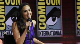 Gal Gadot memberi keterangan dalam panel film Wonder Woman 1984 di San Diego Comic-Con International, (21/7). Aktris cantik yang berperan sebagai Wonder Woman ini tampil cantik dengan dress ketat berwarna ungu. (AP Photo/Chris Pizzello)