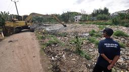 Alat berat saat mengeruk sampah yang memenuhi Kali Pisang Batu, Tarumajaya, Bekasi, Jawa Barat, Rabu (9/1). Lautan sampah yang memenuhi Kali Pisang Batu ini diduga berasal dari aliran kali di wilayah kota Bekasi. (Merdeka.com/Iqbal S. Nugroho)