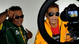 Duo rapper The Best Man saat proses syuting pembuatan videoklip single terbaru dari Septy Sanustika, 'Playboy Cap Sisir' di kawasan Ciputat, Tangerang Selatan, Senin (16/3/2015). (Liputan6.com/Faisal R Syam)