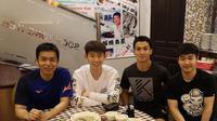 Pemain Indonesia, Hendra Setiawan (kiri), ditraktir makan oleh pebulutangkis China, Liu Yu Chen (dua kiri). (Instagram/Hendra Setiawan)