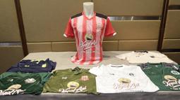 Berbagai contoh jersey saat peluncuran Warrix Indonesia di Hotel Santika, Jakarta, Kamis, (6/2/2020). Apparel asal Thailand ini resmi masuk pasar Indonesia. (Bola.com/M Iqbal Ichsan)