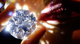 Model memperlihatkan berlian tanpa cela di rumah lelang Sotheby's, London, 8 Februari 2018. Harga berlian itu diperkirakan mencapai US$33 juta (Rp499 miliar) dan akan menjadi rekor tertinggi dari penjualan berlian putih yang pernah ada (AP/Alastair Grant)