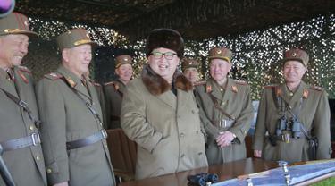 20160326-Disaksikan Langsung Kim Jong-un, Militer Korut Pamer Kekuatan Senjata