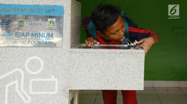 Siswa meminum air bersih langsung dari keran di SDN 03 dan SDN 04 Penjaringan, Jakarta, Jumat (22/3). Kegiatan ini dilakukan untuk memperingati Hari Air Sedunia 2019. (merdeka.com/Imam Buhori)
