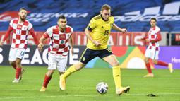 Striker Swedia, Dejan Kulusevski, menguasai bola dalam laga UEFA Nations League Grup 3 melawan Kroasia di Friends Arena, Solna, Swedia, Minggu (15/11/2020) dini hari WIB. Swedia menekuk Kroasia 2-1. (AFP/Henrik Montgomery/TT News Agency)