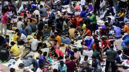 Orang-orang Bangladesh menunggu dalam antrean dibukanya loket tiket mudik lebaran di Stasiun Kereta Kamalapur, Dhaka, Kamis (23/5/2019). Di Bangladesh, jutaan orang akan kembali pulang ke kampung halamannya saat Hari Raya Idul Fitri tiba. (MUNIR UZ ZAMAN/AFP)