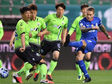 Pemain Suwon Samsung Blue Wings, Adam Taggart, melepaskan tendangan pada laga K-League Korea Selatan di Jeonju World Cup Stadium, Jeonju, Jumat (8/5/2020). Jeonbuk menang 1-0 atas Suwon. (AFP/Jung Yeon-je)