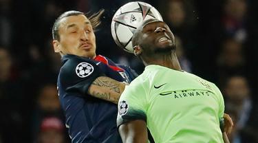 Penyerang PSG, Zlatan Ibrahimovic (kiri) berebut bola udara dengan bak Manchester City, Bacary Sagna pada perempatfinal liga champions di Stadion Parc des Princes, Kamis (7/4). City memaksa tuan rumah PSG bermain imbang 2-2. (Reuters/Benoit Tessier)