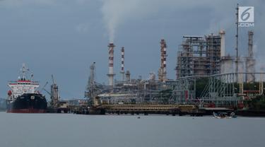 Suasana kilang minyak Pertamina Refenery Unit IV Cilacap, Rabu (7/2). Produk utama yang dihasilkan kilang Cilacap berupa produk BBM atau gasoline, naphtha, kerosine, avutur, solar LSWR, minyak bakar, LPG, pelumas dasar. (Liputan6.com/JohanTallo)