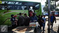 Sejumlah penumpang turun dari bus di Terminal Pulo Gadung, Jakarta, Selasa (22/7/2015). Arus balik di Terminal Pulogadung hingga H+4 Lebaran mengalami peningkatan dibanding tahun lalu. (Liputan6.com/Faizal Fanani)