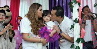 Putri pasangan Anang Hermansyah dan Ashanty, Arsy Addara Musicia Nurhermansyah baru saja merayakan ulang tahun ke-2 nya. Ultah berlangsung di Rumah Yatim kawasan Kemang dihadiri oleh para selebriti beserta anak-anaknya. (Nurwahyunan/Bintang.com)
