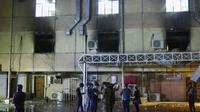 RS di Baghdad yang terbakar pada Sabtu (24/4) akibat ledakan tabung oksigen. Dok: AP Photo