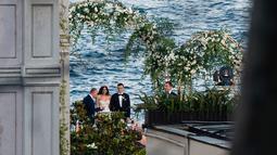 Gelandang Arsenal asal Jerman, Mesut Ozil dan Amine Gulse saat upacara pernikahan mereka di sebuah hotel mewah di Istanbul, Jumat (7/6/2019). Pernikahan Ozil dengan mantan Miss Turki itu dihadiri oleh Presiden Recep Tayyip Erdogan dan Ibu Negara, Emine. (TURKISH PRESIDENTIAL PRESS SERVICE/AFP)