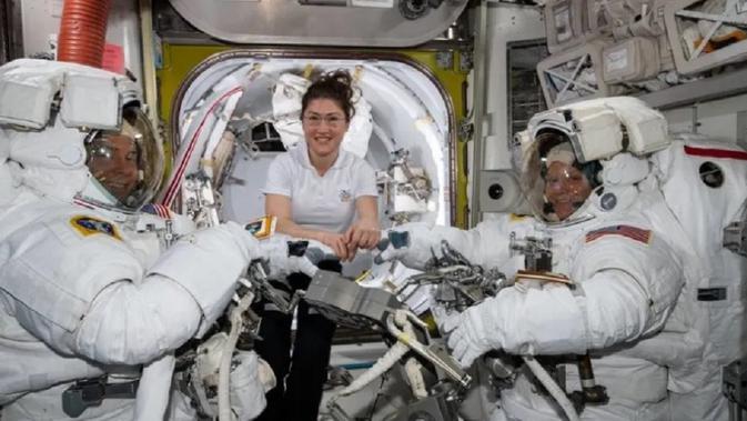 Nick Hague (kiri), Christina Koch (tengah), dan Anne McClain (kanan) berlatih untuk spacewalk di ISS. (NASA)