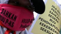 Massa Kolaborasi Nasional melakukan aksi di depan Gedung DPR/MPR, Jakarta, Selasa (17/9/2019). Massa mendesak DPR segera mengesahkan Rancangan Undang-Undang (RUU) Penghapusan Kekerasan Seksual (PKS) pada periode 2014-2024. (Liputan6.com/JohanTallo)