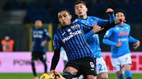 Striker Atalanta, Luis Muriel (depan) menguasai bola dibayangi bek Napoli, Giovanni di lorenzo dalam laga leg kedua semifinal Coppa Italia 2020/21 di The Azzurri d'Italia Stadium, Rabu (10/2/2021). Atalanta menang 3-1 atas Napoli. (AFP/Miguel Medina)