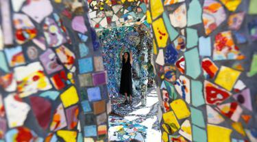 Pengunjung melihat keunikan Mosaic Tile House di Venice, California, AS, (26/9). Rumah yang dipenuhi mozaik dari kepingan keramik, genteng dan barang bekas ini merupakan karya pasangan suami istri, Gonzalo Duran dan Cheri Pann. (REUTERS/Mario Anzuoni)