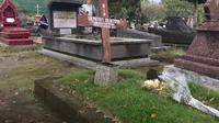 Makam Soepriyati Soegiyono, istri pahlawan revolusi Kolonel Soegiono juga ikut dibakar salibnya. (foto: Liputan6.com / krjogja.com/harminanto)
