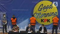 Ketua KPK Firli Bahuri (tengah) didampingi Deputi Penindakan Karyoto dan Plt Juru Bicara Ali Fikri saat konferensi pers terkait Operasi Tangkap Tangan (OTT) atas kasus dugaan suap bansos penanganan covid-19 Kementerian Sosial, di Jakarta, Minggu (6/12/2020) dini hari. (Liputan6.com/Herman Zakharia)