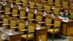 Seorang anggota dewan mengikuti Rapat Paripurna di Kompleks Parlemen, Senayan, Jakarta, Kamis (27/10). Rapat tersebut beragendakan pengesahan Rancangan UU Nomor 11 Tahun 2008 tentang Informasi dan Transaksi Elektronik (ITE). (Liputan6.com/JohanTallo)