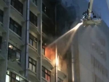 Dalam potongan gambar dari sebuah video, petugas pemadam kebakaran berusaha memadamkan api di sebuah rumah sakit di ibu kota Taiwan, Taipei, Senin (13/8). Sembilan orang tewas dan 15 lainnya terluka akibat kejadian tersebut. (EBC via AP)