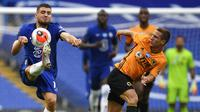 Pemain Wolverhampton Wanderers, Daniel Podence (kanan) berusaha mengadang pemain Chelsea, Mateo Kovacic pada laga terakhir Premier League 2019-20, Minggu, 26 Jul 2020. (Daniel Leal-Olivas/Pool via AP)