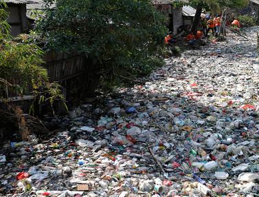 Penampakan Tumpukan Sampah di Kali Bahagia Bekasi