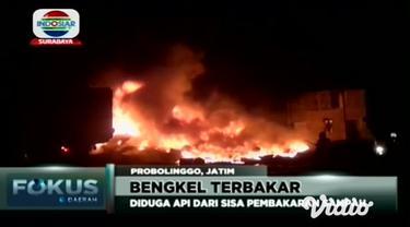 Sebuah bengkel di Kabupaten Probolinggo terbakar, diduga api disebabkan oleh sisa pembakaran sampah yang tertiup angin dan terkena ban bekas.