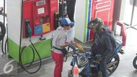 Pengguna kendaraan mengisi BBM di SPBU di Jakarta, Selasa (29/3). PT Pertamina (Persero) mengusulkan pemerintah tidak menetapkan penurunan harga BBM terlalu besar. (Liputan6.com/Angga Yuniar)