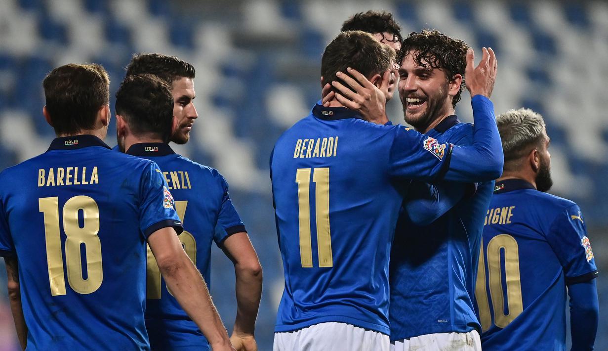 Striker Italia, Domenico Berardi (11), merayakan gol kedua Italia yang dicetaknya, bersama Manuel Locatelli dalam laga UEFA Nations League Grup A1 melawan Polandia di Stadion Mapei, Italia, Senin (16/11/2020) dini hari WIB. Italia menang 2-0 atas Polandia. (AFP/Miguel Medina)