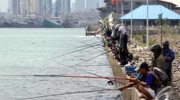 Pelabuhan Muara Baru menjadi tempat menghabiskan hari pekan bersama keluarga dengan mengajak memancing bersama, Jakarta, Minggu (11/1/2015). (Liputan6.com/Faizal Fanani)