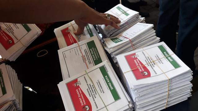Surat suara di sejumlah TPS Kelurahan Kembangarum, Semarang Barat, tertukar dengan Dapil lain. (Foto: Liputan6.com/Felek Wahyu)