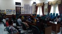 Pembekalan para kuncen makam di Kota Cirebon menghadapi para peziarah ditengah pandemi covid-19