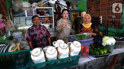 Ketua DPR Puan Maharani (tengah) memesan makanan saat makan siang di Kantin Pujasera, Kompleks Parlemen, Senayan, Jakarta, Selasa (8/10/2019). Puan ditemani Wakil Ketua DPR Rahmat Gobel, Sufmi Dasco Ahmad, Aziz Syamsuddin, dan Sekjen DPR Indra Iskandar. (Liputan6.com/JohanTallo)