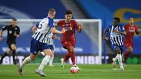 Gelandang Liverpool, Roberto Firmino, menggiring bola saat menghadapi Brighton pada laga lanjutan Premier League pekan ke-34 di Stadion Falmer, Kamis (9/7/2020) dini hari WIB. Liverpool menang 3-1 atas Brighton. (AFP/Daniel Leal-Olivas/pool)