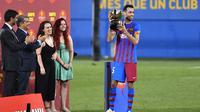 Kapten Baru Barcelona, Sergio Busquets angkat trofi Trofeo Joan Gamper. (Pau BARRENA / AFP)
