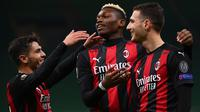 Pemain AC Milan merayakan gol yang dicetak Diogo Dalot ke gawang Sparta Praha pada laga lanjutan Liga Europa 2020/2021 di Stadion San Siro, Jumat (30/10/2020) dini hari WIB. AC Milan menang 3-0 atas Sparta Praha. (AFP/Marco Bertorello)