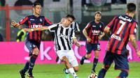 Juventus bermain 1-1 kontra Crotone pada laga pekan ke-33 Serie A, di Stadio Ezio Scida, Rabu (18/4/2018) waktu setempat. (AFP/GIOVANNI ISOLINO)