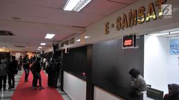 Suasana pelayanan samsat digital (e-Samsat) di Kantor Bersama Pelayanan Satu Atap Polda Metro Jaya, Jakarta, Senin (26/3). Masyarakat hanya dengan mengisi data kendaraan via e-form dengan masukan nomor pelat kendaraan. (Merdeka.com/Iqbal S. Nugroho)