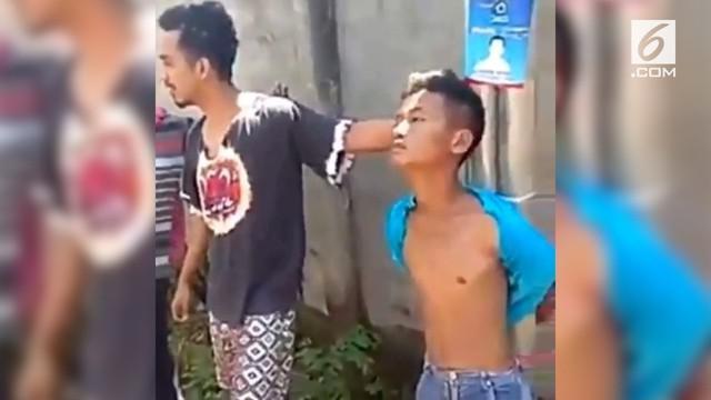 Seorang remaja yang diduga mencuri ayam siang hari kena amuk massa.